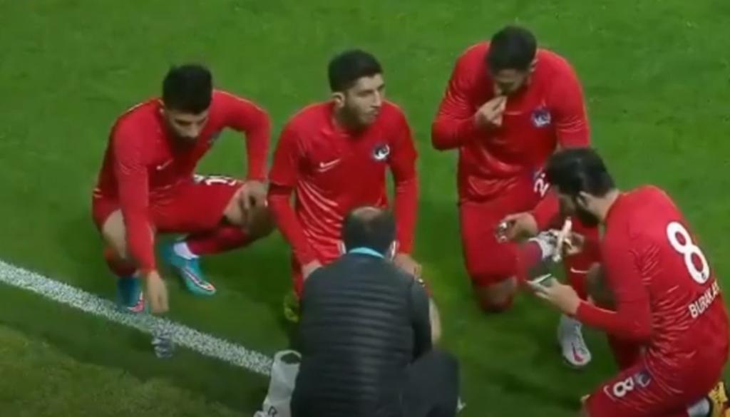 muaji-i-shenjte-i-ramazanit-nuk-le-pas-as-futbollin-ne-turqi-lojtaret-nderpresin-ndeshjen-per-te-ngrene-iftarin